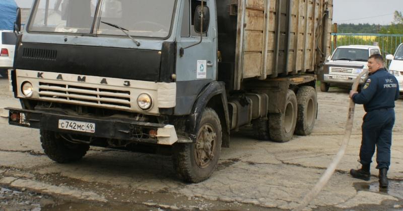 Магаданские пожарные ликвидировали возгорание балка на прицепе Камаза
