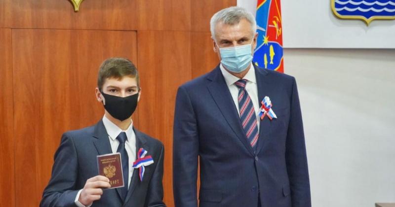 В День Конституции РФ губернатор Сергей Носов вручил паспорта юным колымчанам