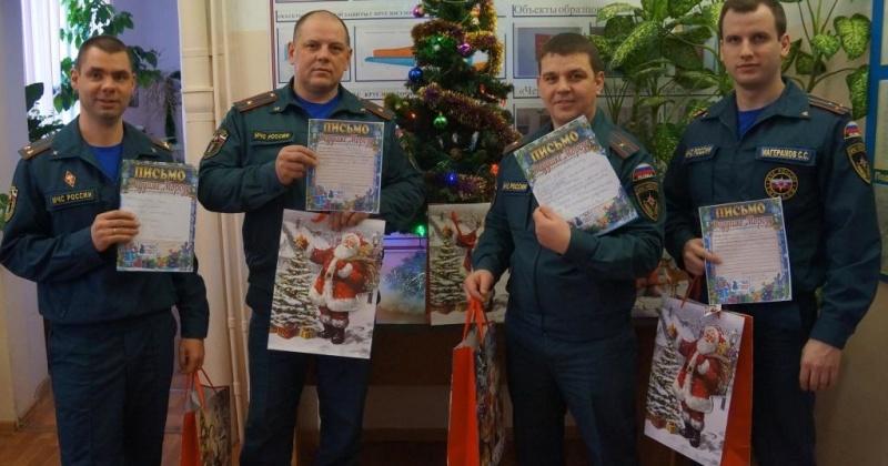 Магаданские сотрудники МЧС стали участниками благотворительной акции «Елка желаний»