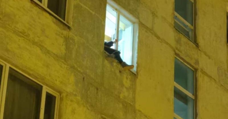 Девушка намеревалась прыгнуть из окна с пятого этажа дома в Магадане