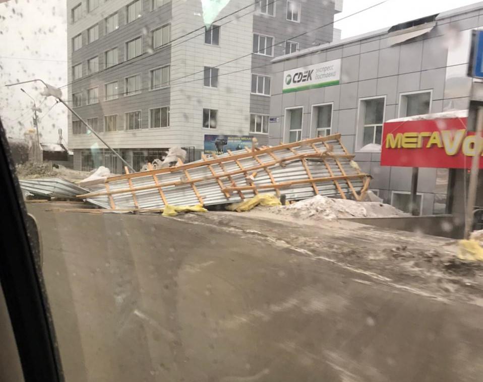 Ураган в Магадане повредил кровлю около 50 домов, повалил опоры освещения и светофоры - мэрия