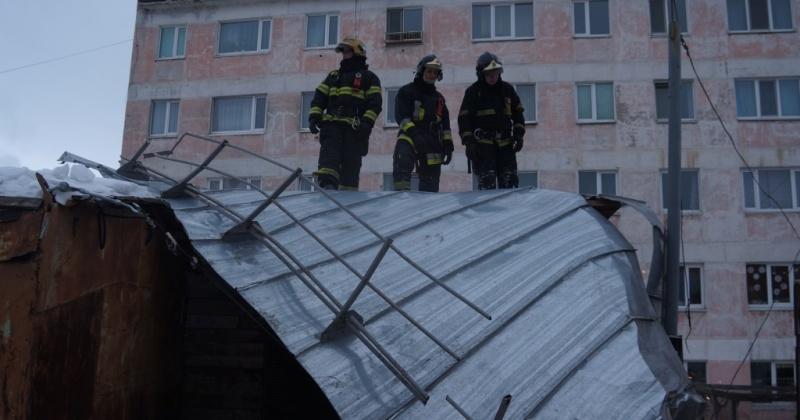 В Магадане сотрудники МЧС России ликвидируют последствия сильного ветра (фото)