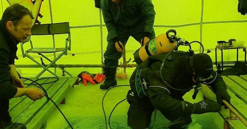Спасатели Магадана отрабатывают навыки проведения работ под водой в зимних условиях