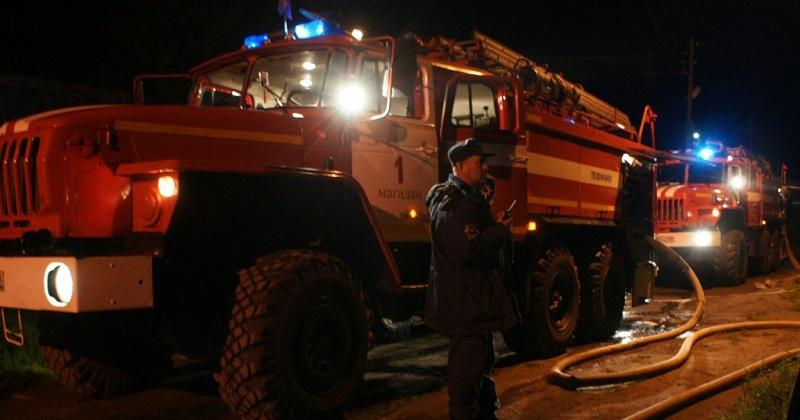 12 человек спасли из горящего дома пожарные в Магадане