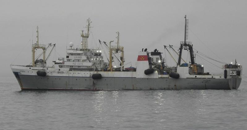 В Охотском море недалеко от Магадана потушили пожар   на траулере с 80 моряками