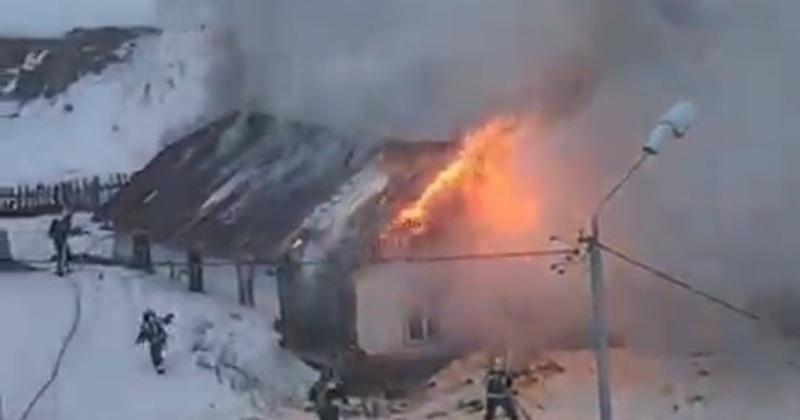 Пожарные ликвидировали пожар деревянного строения в Магадане (Видео)