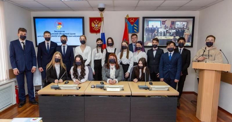 В колымском парламенте побывали учащиеся английской гимназии
