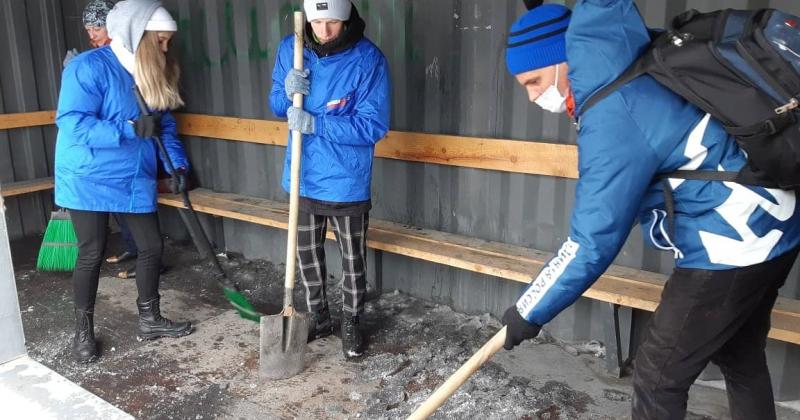 В Магаданской области прошел субботник. Волонтеры и активисты партии очистили от снега  мемориалы и памятные места,  помогли   ветеранам