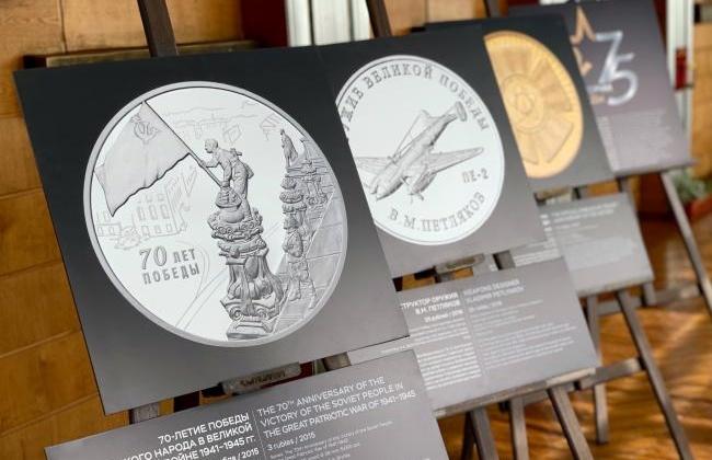 Память о войне в монетах: выставка Банка России открылась в магаданской галерее Боевой славы