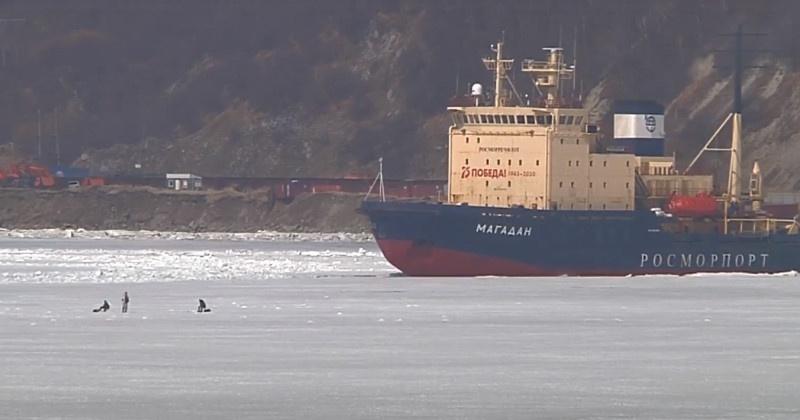 """Рыбаки в бухте Нагаева помешали работе ледокола """"Магадан"""""""