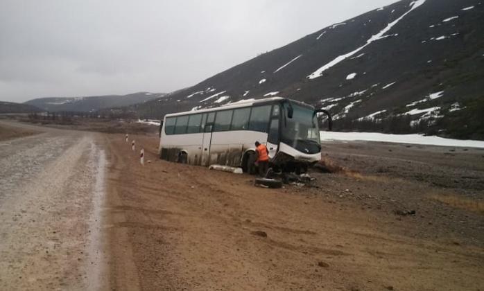 Водитель пассажирского автобуса не справился с управлением и вылетел с дороги