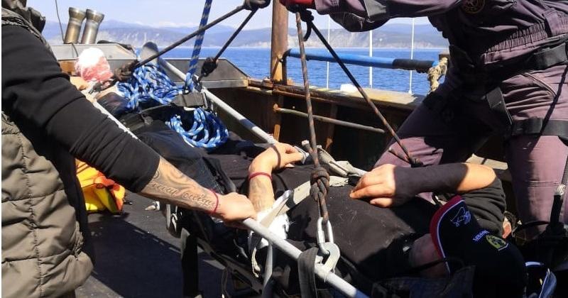 Магаданские спасатели эвакуировали сегодня пострадавшего с рыболовецкого судна