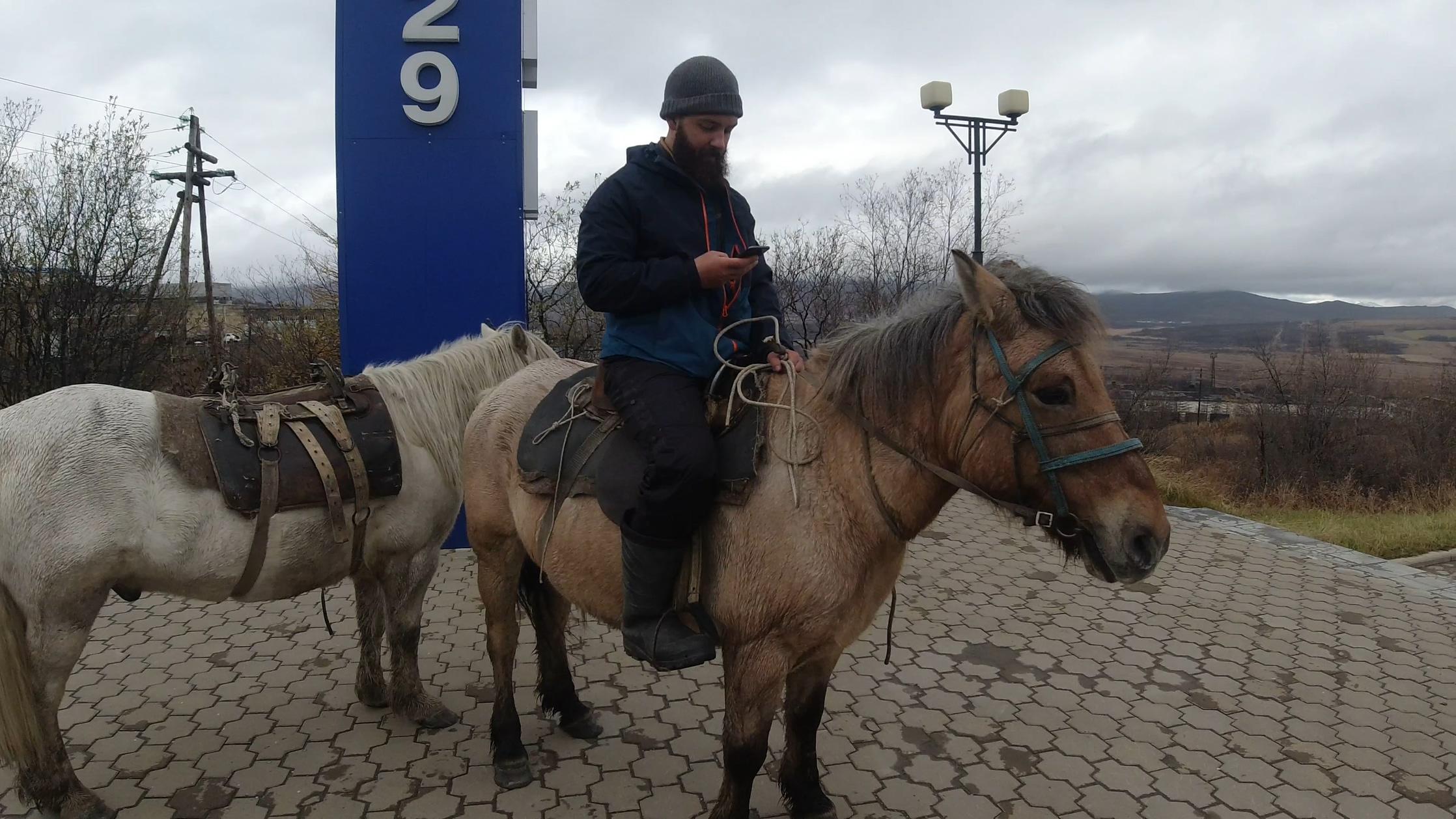 Никита Греци из Магадана отправился в путешествие на лошадях до Лондона (Видео, фото)